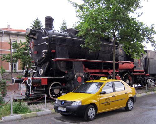 ایسگاه راه آهن قونیه، در همه ایستگاه های راه آهن ترکیه، نمونه ای از لوکوموتیوهای بخار دیده می شود